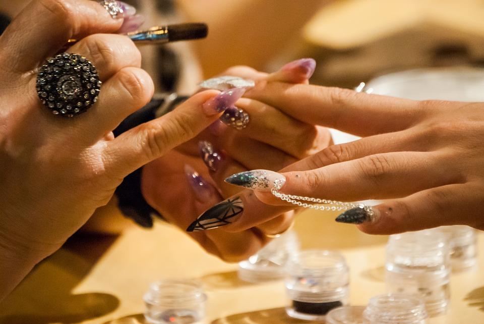 Jak ozdabiać paznokcie?